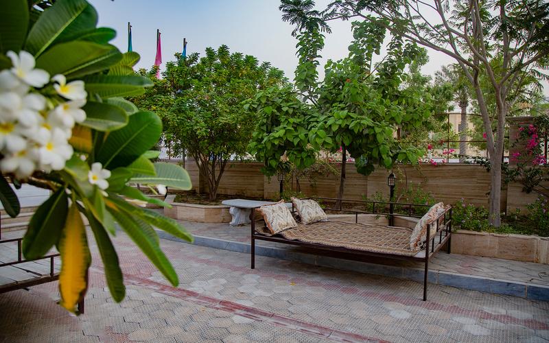 محوطه بیرونی هتل ارم